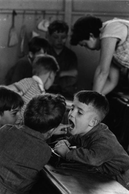 ROBERT DOISNEAU - La-dent, Paris 1956