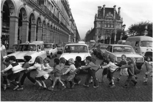 ROBERT DOISNEAU - Les tabliers de la rue de Rivoli, Paris, 1978
